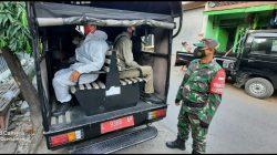 Babinsa Kawal Pemindahan Pasien Covid-19 dari Puskesmas ke Isoter di Hotel Asrama Haji Sukolilo